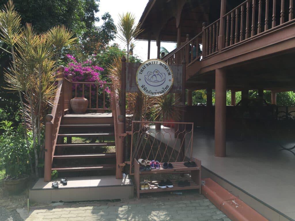 ทางขึ้นพิพิธภัณฑ์ขนมไทย อุทยานร2