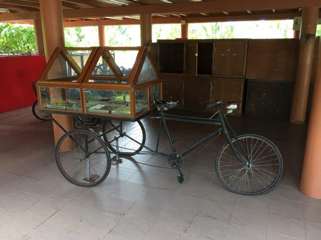รถสามล้อถีบมีขนมหวานไทยต่างๆ อุทยาน ร.2 โดย ที่พักอัมพวา บ้านสวนนวลตา